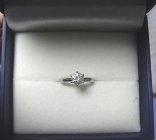 【ジュエリーツツミ(JEWELRY TSUTSUMI)の口コミ】 普段使いもできるような、シンプルなデザインでダイヤの大きさは1ctぐ…