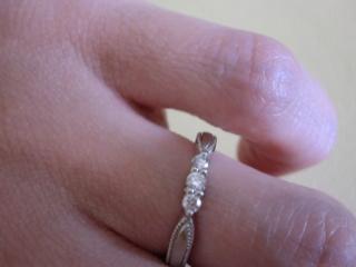 【エクセルコダイヤモンド(EXELCO DIAMOND)の口コミ】 私が購入した指輪の場合は、一見ダイヤの三連のデザインですが、指輪の縁に…