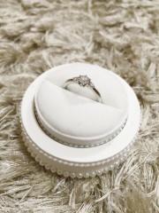 【ヴァンドーム青山(Vendome Aoyama)の口コミ】 一目見て、可愛い!と思い、この指輪にしました。真ん中のメインのダイヤの…