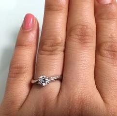 【4℃(ヨンドシー)の口コミ】 デザインがシンプルで上品なので結婚指輪との重ねづけもしやすいのと、上質…