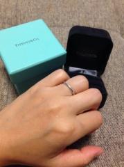 【ティファニー(Tiffany & Co.)の口コミ】 私にとっては指が細くキレイに見え、 普段装飾品をつけない夫も抵抗なくつ…