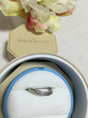 【銀座ダイヤモンドシライシの口コミ】 波うったデザインがオトナっぽく、シンプルで上品なところに惹かれました。…