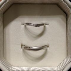 【4℃(ヨンドシー)の口コミ】 婚約指輪に合うものを探していたところ、ぴったりだったため。 左側にダイ…