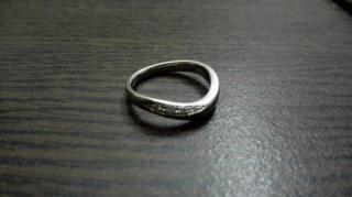 【4℃(ヨンドシー)の口コミ】 婚約指輪とセットつけたいと思っていたので、形は絶対ウェーブ状と決めて…