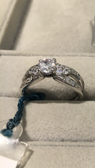 【WATANABE / 卸商社直営 渡辺の口コミ】 他の店舗より割安で、欲しいと思える指輪のデザイン、ダイヤモンドの質、…
