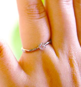 【TILLA EARTH(ティーラアース)の口コミ】 婚約指輪はダイヤ入りのがいいと思っていて、お店の方にいろいろ見せても…