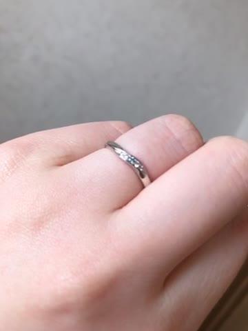 光が当たるとブルーダイヤがキラキラ光ってとても綺麗です。