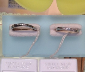 【SWEET BLUE DIAMOND(スウィートブルーダイヤモンド)の口コミ】 細身でシンプルなデザインで、着けてる違和感を感じさせないようなものを探…