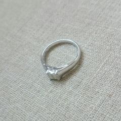 【gem clover(ジェムクローバー)の口コミ】 滑らかに隆起したヘッドのデザインと四つ置かれた石のドットのようなデザイ…