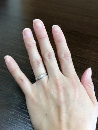 【銀座ダイヤモンドシライシの口コミ】 指が太くて短いため、ある程度長くスッキリ見える指輪を探していました。…