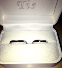 【Tis(ティス)の口コミ】 あまり派手な装飾もなく且つシンプルで、結婚指輪だとわかるような指輪がよ…