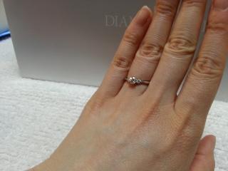【銀座ダイヤモンドシライシの口コミ】 リボンがモチーフのレガーレというシリーズの婚約指輪。レガーレは「結ぶ …