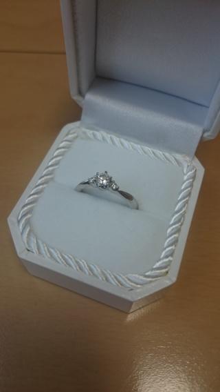 【4℃(ヨンドシー)の口コミ】 真ん中の大きなセンターダイヤモンドと、その横にさりげなくついている、二…