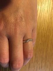 【ティファニー(Tiffany & Co.)の口コミ】 婚約指輪と重ね付けできるものを探しました。 いくつも試着しましたが、ど…