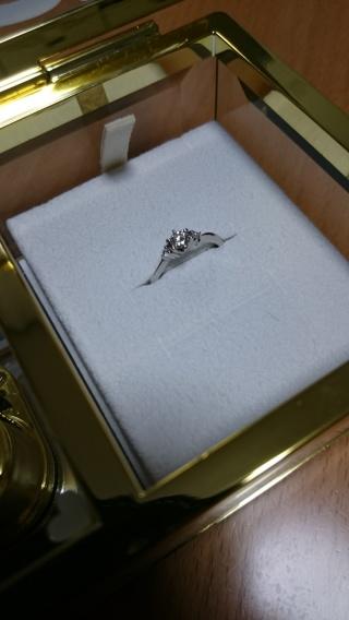 【canal4℃(カナルヨンドシー)の口コミ】 リングは波を打つような柔らかなカーブのあるデザインで、ダイヤモンドは真…