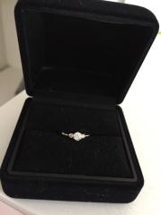 【Four Heart Jewelryの口コミ】 夫からのプレゼントですが一粒ダイアモンドの婚約指輪が欲しかったので探し…