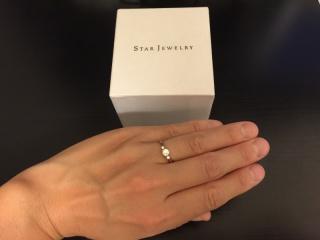 【スタージュエリー(STAR JEWELRY)の口コミ】 婚約指輪は主人と一緒に買いに行きました。10社以上見てまわり、この指輪…