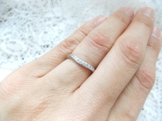 【ティファニー(Tiffany & Co.)の口コミ】 婚約指輪のデザインにフィットするものを探していました。 カーブのライン…