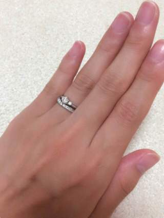 【銀座ダイヤモンドシライシの口コミ】 当初より重ねづけできるリングを探していました。マリッジが少しV字になっ…