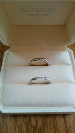 【MIKIMOTO(ミキモト)の口コミ】 婚約指輪と同時に購入したので、シンプルなデザインで婚約指輪と重ね着けし…