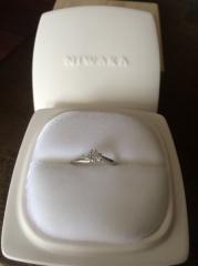 【俄(にわか)の口コミ】 指輪のデザインと名前が決めてでした。 月彩は石が全部で3つ付いており、…