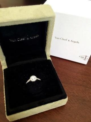 【ヴァン クリーフ&アーペル(Van Cleef & Arpels)の口コミ】 一粒石のエンゲージリングとも迷いましたが、いかにも婚約指輪らしくなく、…