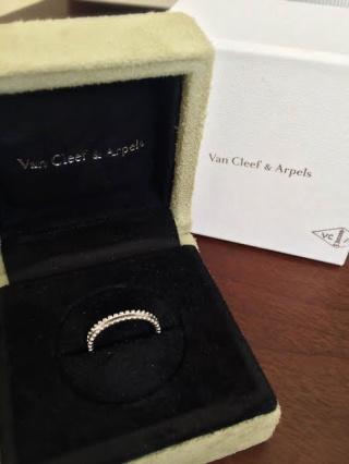 【ヴァン クリーフ&アーペル(Van Cleef & Arpels)の口コミ】 エンゲージリングを同ブランドの物にしたのでこれに決めました。装飾のない…