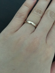 【アイプリモ(I-PRIMO)の口コミ】 婚約指輪と重ね付けをしたいと考えていたので細身で同じミル打ちのものを…