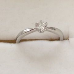 【ラザール ダイヤモンド(LAZARE DIAMOND)の口コミ】 上から見てダイヤのサイド部分が細くなっており、私の短めでふっくらした…