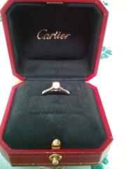 【カルティエ(Cartier)の口コミ】 シンプルで品のある婚約指輪を探していたところ、カルテイエのこの指輪に…