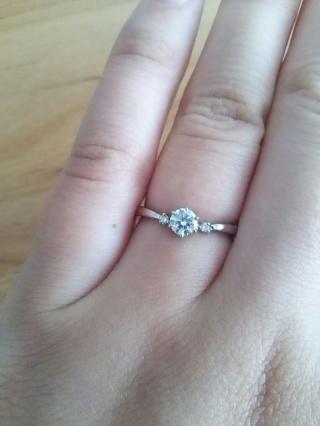 【サマンサティアラブライダル(Samantha Tiara Bridal)の口コミ】 華奢なデザインで、ダイヤが目立つのが気に入りました。 緩やかなV字形に…