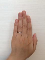 【銀座ダイヤモンドシライシの口コミ】 すっと手に馴染むシンプルで、華奢な指輪を探していました。こちらは他のも…