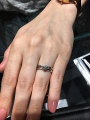 【エクセルコダイヤモンド(EXELCO DIAMOND)の口コミ】 シンプルなデザインで王道なthe婚約指輪ですが、高さがあって、光を取り…