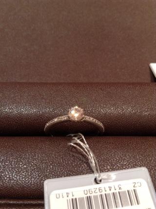 【アイプリモ(I-PRIMO)の口コミ】 中心のダイヤモンドに輝きをプラスする、アーム部分のデザインが素敵でした…