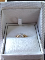 【ENUOVE(イノーヴェ)の口コミ】 お値段、デザイン総合的に考えてこちらの指輪に決めました。 婚約指輪は華…