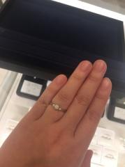 【4℃(ヨンドシー)の口コミ】 ダイヤの左右にメレのついた、ストレートラインの指輪、という希望を伝え…