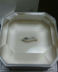 【4℃(ヨンドシー)の口コミ】 先に婚約指輪を頂いており、それと一緒につけて合う物を前提に探したかっ…