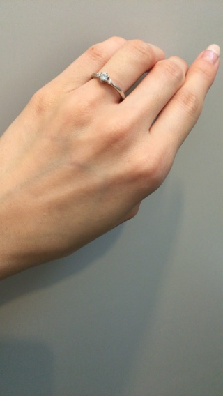 【4℃(ヨンドシー)の口コミ】 メレダイヤ含めて、ダイヤが3つ連なっているデザインがいいなと漠然と思っ…