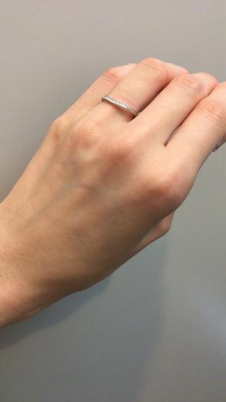 【4℃(ヨンドシー)の口コミ】 婚約指輪と重ねた時に華やかになるものを探していました。 婚約指輪がV字…