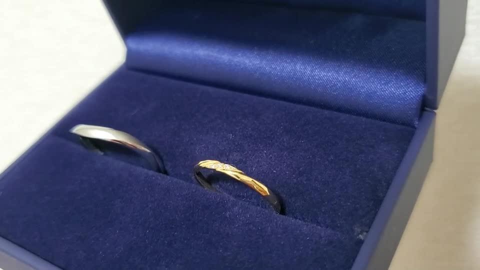 真ん中に3つのダイヤが入っていてキラキラきれいです。