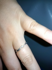 【サマンサシルヴァブライダルの口コミ】 デザインが可愛く大きすぎないダイヤがポイントです。裏に文字が入るのも気…