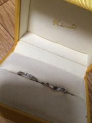 【ケイウノ ブライダル(K.UNO BRIDAL)の口コミ】 ゆるやかなV字でつけてみた感じが指が長く綺麗に見えたことと、ダイヤの輝…
