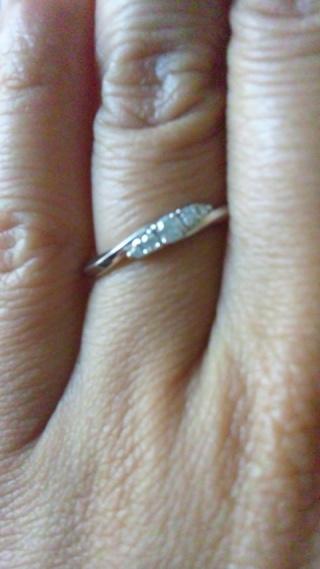 【スタージュエリー(STAR JEWELRY)の口コミ】 ダイヤが入ってカーブのデザインが条件で選びました。つけた感じもダイヤ…