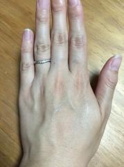 【ROCCA(ロッカ)の口コミ】 ごくシンプルなものではなく、少しデザイン性もあり指が細く見えるような形…