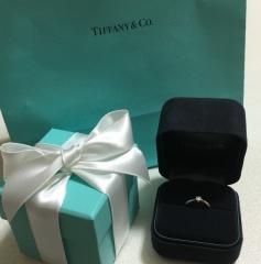 【ティファニー(Tiffany & Co.)の口コミ】 ストレートタイプでダイヤモンドが1つ付いているのを探していました。女の…