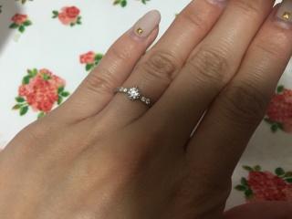 【Mariage(マリアージュ)の口コミ】 センターのダイヤモンドの他に四つのダイヤがあり、センターのダイヤはサイ…