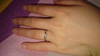 【ラザール ダイヤモンド(LAZARE DIAMOND)の口コミ】 私の指が細くはないので細くみえるデザインで毎日つける結婚指輪なのでプラ…