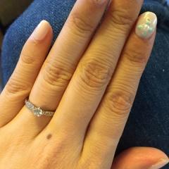 【俄(にわか)の口コミ】 婚約指輪は周りにダイヤが囲われてるものと思っており、俄の睡蓮は私の好み…