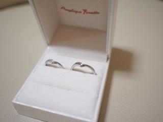 【アンジェリックフォセッテ(Angelique Fossette)の口コミ】 指の形がキレイに見えるように、V字形の結婚指輪を選びました。  この商品…