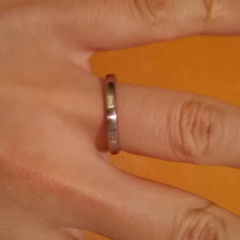 【俄(にわか)の口コミ】 フォルム自体はシンプルで表面や色合いに特徴的なものがあるリングを探し…